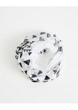 Foulard de algodón con un ligero estampado en forma de triángulos negros.